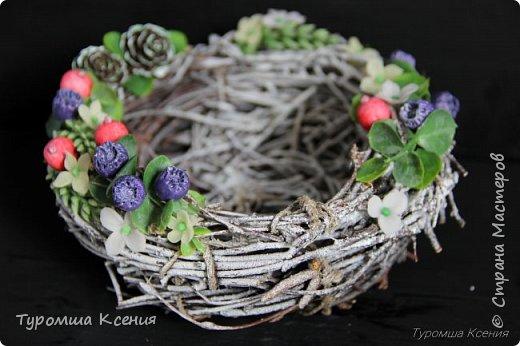 Гнездышко с ягодами ручной работы, украшены лесными шишками, листьями и колосками.  фото 2