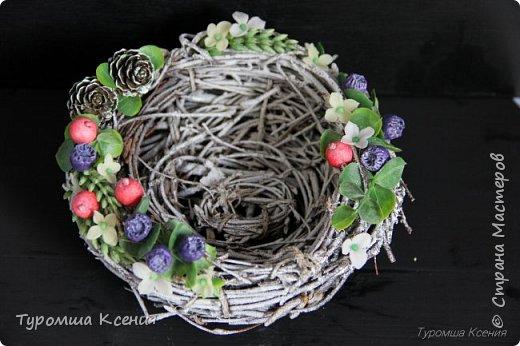 Гнездышко с ягодами ручной работы, украшены лесными шишками, листьями и колосками.  фото 1
