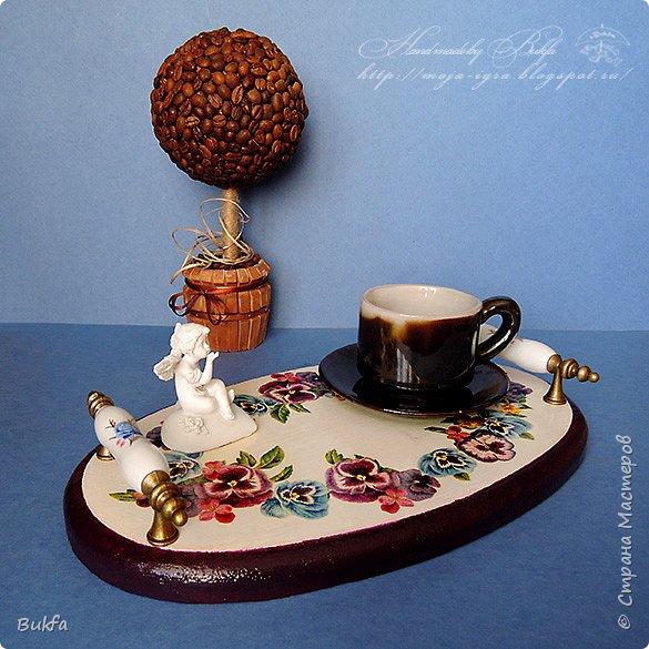 Всем доброго дня! Ах, чашка кофе поутру! Ну, разве кто-нибудь не знает, Как любо сонному нутру Она, горячая, бывает? (Татьяна Гужова) Сегодня сплела веночек. Мой веночек расположился на подносе.
