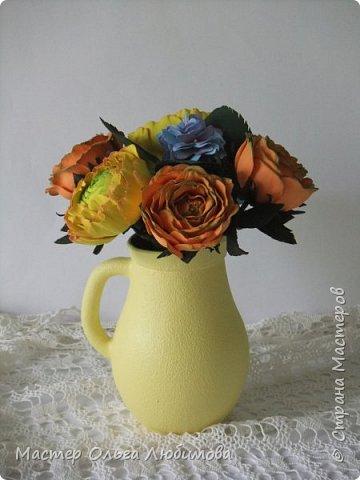 Небольшая цветочная композиция из роз, рунулюскуса и гортензии разместилась в кувшине ярко-желтого цвета. Такая композиция прекрасно будет смотреться не только в городской квартире, но и в загородном доме, украшая интерьер и создавая отличное солнечное настроение. Может стать отличным подарком, а также декоративным элементом при оформлении фотосессии фото 4