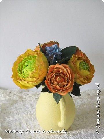Небольшая цветочная композиция из роз, рунулюскуса и гортензии разместилась в кувшине ярко-желтого цвета. Такая композиция прекрасно будет смотреться не только в городской квартире, но и в загородном доме, украшая интерьер и создавая отличное солнечное настроение. Может стать отличным подарком, а также декоративным элементом при оформлении фотосессии фото 1