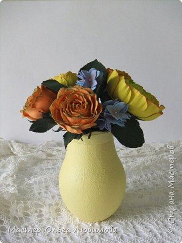 Небольшая цветочная композиция из роз, рунулюскуса и гортензии разместилась в кувшине ярко-желтого цвета. Такая композиция прекрасно будет смотреться не только в городской квартире, но и в загородном доме, украшая интерьер и создавая отличное солнечное настроение. Может стать отличным подарком, а также декоративным элементом при оформлении фотосессии фото 3