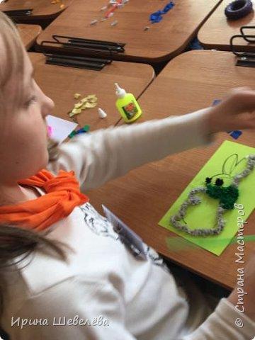 Торцевание – это один из видов бумажного конструирования, искусство бумагокручения, когда с помощью палочки и маленького квадратика бумаги создаются, путем накручивания квадратика на палочку, трубочки-торцовочки. С помощью торцевания можно выполнить любую сюжетную картинку. Для этого заранее наносят рисунок на картон или используют шаблон. http://stranamasterov.ru/node/2482  Торцуют все (видео) Татьяна Проснякова  фото 10
