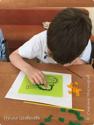 Торцевание – это один из видов бумажного конструирования, искусство бумагокручения, когда с помощью палочки и маленького квадратика бумаги создаются, путем накручивания квадратика на палочку, трубочки-торцовочки. С помощью торцевания можно выполнить любую сюжетную картинку. Для этого заранее наносят рисунок на картон или используют шаблон. http://stranamasterov.ru/node/2482  Торцуют все (видео) Татьяна Проснякова  фото 11