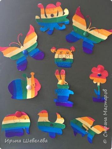 Радужные  фантазии - творческое конструирование из бумаги. Радуга – одно из красивейших явлений природы. Человек с незапамятных времён задумывался над её природой и связывал появление на небе разноцветной дуги с множеством поверий и легенд.  фото 1