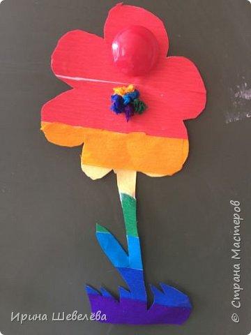 Радужные  фантазии - творческое конструирование из бумаги. Радуга – одно из красивейших явлений природы. Человек с незапамятных времён задумывался над её природой и связывал появление на небе разноцветной дуги с множеством поверий и легенд.  фото 3