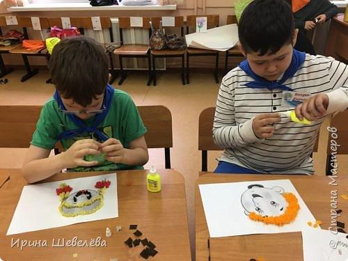 Торцевание – это один из видов бумажного конструирования, искусство бумагокручения, когда с помощью палочки и маленького квадратика бумаги создаются, путем накручивания квадратика на палочку, трубочки-торцовочки. С помощью торцевания можно выполнить любую сюжетную картинку. Для этого заранее наносят рисунок на картон или используют шаблон. http://stranamasterov.ru/node/2482  Торцуют все (видео) Татьяна Проснякова  фото 4