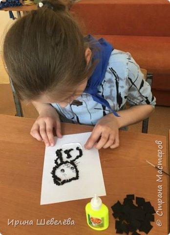 Торцевание – это один из видов бумажного конструирования, искусство бумагокручения, когда с помощью палочки и маленького квадратика бумаги создаются, путем накручивания квадратика на палочку, трубочки-торцовочки. С помощью торцевания можно выполнить любую сюжетную картинку. Для этого заранее наносят рисунок на картон или используют шаблон. http://stranamasterov.ru/node/2482  Торцуют все (видео) Татьяна Проснякова  фото 8