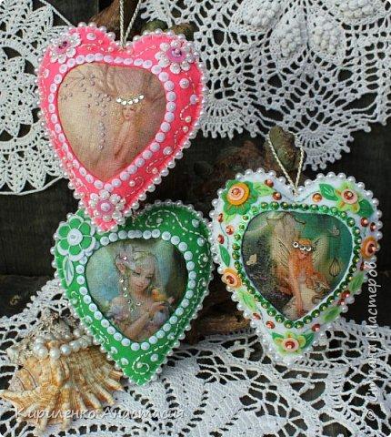 Добрый вечер! Вот такие три подвесочки из фетра в форме сердечек сшились на днях. Все время возвращаюсь к фетру. Они сшиты из фетра, середина термотранфер. Три очаровательные цветочные феечки, сердечки обшиты бусинами, украшены бисером, пайетками, цветочками из фетра.  фото 5