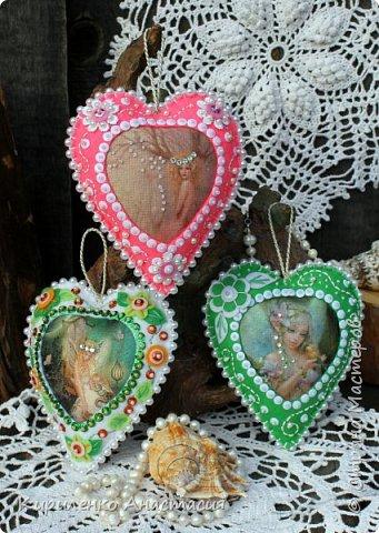 Добрый вечер! Вот такие три подвесочки из фетра в форме сердечек сшились на днях. Все время возвращаюсь к фетру. Они сшиты из фетра, середина термотранфер. Три очаровательные цветочные феечки, сердечки обшиты бусинами, украшены бисером, пайетками, цветочками из фетра.  фото 1