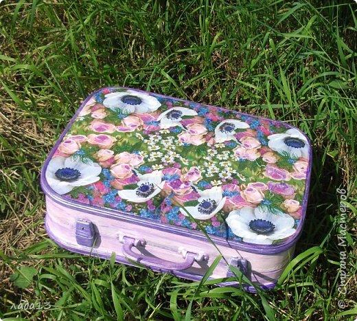 """Девочки наберитесь терпения,очень нравится мне чемоданчик,поэтому фоток  много.К сожалению до переделки не сфотографировала-был просто коричневый"""" мальчуковый"""". фото 2"""