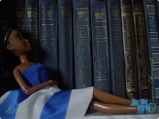 Всем - всем рукодельницам доброго времени суток! Я балую свою Александрид новыми обновками. Вот, пошилась для нее юбочка - солнце по МК Про100 ЛенОКа (http://stranamasterov.ru/node/1034447), за него ей отдельное спасибо. Юбка из трикотажа в крупные синие и белые полосы, на резинке. Топ уже был в гардеробе куколки.  фото 4