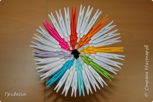 И снова всем привет! Поскольку решила я размещать свои работы в порядке их выполнения, то сегодня пост о моем увлечении модульным оригами. Как я раньше говорила, с сайтом СМ я познакомилась в 2007 году. И собственно, первая техника, которая меня здесь заинтересовала была оригами. Ходила я вокруг нее долго, почти полгода. Хотя, если подумать, чего уж тут ходить? Режь бумагу, складывай модули, собирай поделки. Ну я и начала... фото 12
