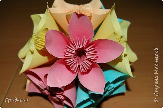 И снова всем привет! Поскольку решила я размещать свои работы в порядке их выполнения, то сегодня пост о моем увлечении модульным оригами. Как я раньше говорила, с сайтом СМ я познакомилась в 2007 году. И собственно, первая техника, которая меня здесь заинтересовала была оригами. Ходила я вокруг нее долго, почти полгода. Хотя, если подумать, чего уж тут ходить? Режь бумагу, складывай модули, собирай поделки. Ну я и начала... фото 16