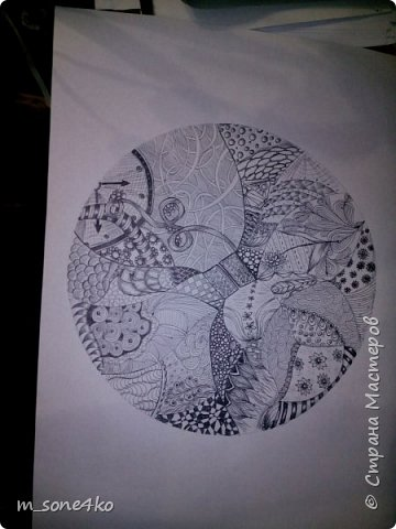 Хочу поделиться результатом творчества 13 недель..  Началось все с участия в психологическом рисовальном проекте. Основным условием было использование для рисунка круг диаметром 25-27 см (у меня 26 см), а также начинать рисунок от точки в центре.  Техника и оформление - не ограничивалась. В моем случае - это зенарт (zenart, ZIA) и дудлинг . Эти направления популярны как вид арттерапии, способ создания медитивных рисунков.  Мандалы могли быть, как симметричными. так и ассиметричными, но должны были соответствовать заданной тематике.  фото 12