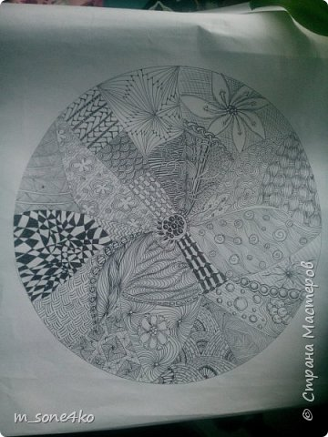 Хочу поделиться результатом творчества 13 недель..  Началось все с участия в психологическом рисовальном проекте. Основным условием было использование для рисунка круг диаметром 25-27 см (у меня 26 см), а также начинать рисунок от точки в центре.  Техника и оформление - не ограничивалась. В моем случае - это зенарт (zenart, ZIA) и дудлинг . Эти направления популярны как вид арттерапии, способ создания медитивных рисунков.  Мандалы могли быть, как симметричными. так и ассиметричными, но должны были соответствовать заданной тематике.  фото 10