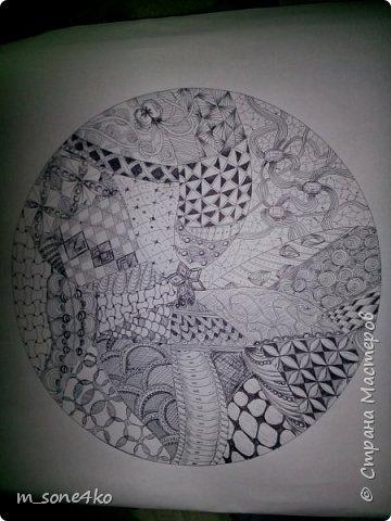 Хочу поделиться результатом творчества 13 недель..  Началось все с участия в психологическом рисовальном проекте. Основным условием было использование для рисунка круг диаметром 25-27 см (у меня 26 см), а также начинать рисунок от точки в центре.  Техника и оформление - не ограничивалась. В моем случае - это зенарт (zenart, ZIA) и дудлинг . Эти направления популярны как вид арттерапии, способ создания медитивных рисунков.  Мандалы могли быть, как симметричными. так и ассиметричными, но должны были соответствовать заданной тематике.  фото 11