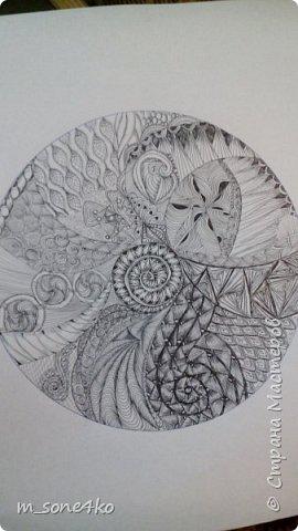 Хочу поделиться результатом творчества 13 недель..  Началось все с участия в психологическом рисовальном проекте. Основным условием было использование для рисунка круг диаметром 25-27 см (у меня 26 см), а также начинать рисунок от точки в центре.  Техника и оформление - не ограничивалась. В моем случае - это зенарт (zenart, ZIA) и дудлинг . Эти направления популярны как вид арттерапии, способ создания медитивных рисунков.  Мандалы могли быть, как симметричными. так и ассиметричными, но должны были соответствовать заданной тематике.  фото 5