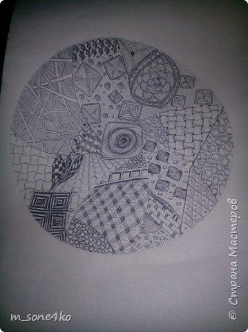 Хочу поделиться результатом творчества 13 недель..  Началось все с участия в психологическом рисовальном проекте. Основным условием было использование для рисунка круг диаметром 25-27 см (у меня 26 см), а также начинать рисунок от точки в центре.  Техника и оформление - не ограничивалась. В моем случае - это зенарт (zenart, ZIA) и дудлинг . Эти направления популярны как вид арттерапии, способ создания медитивных рисунков.  Мандалы могли быть, как симметричными. так и ассиметричными, но должны были соответствовать заданной тематике.  фото 9