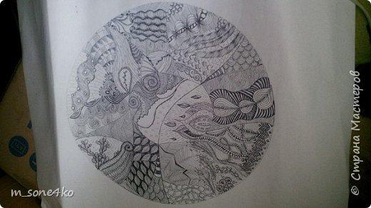 Хочу поделиться результатом творчества 13 недель..  Началось все с участия в психологическом рисовальном проекте. Основным условием было использование для рисунка круг диаметром 25-27 см (у меня 26 см), а также начинать рисунок от точки в центре.  Техника и оформление - не ограничивалась. В моем случае - это зенарт (zenart, ZIA) и дудлинг . Эти направления популярны как вид арттерапии, способ создания медитивных рисунков.  Мандалы могли быть, как симметричными. так и ассиметричными, но должны были соответствовать заданной тематике.  фото 8