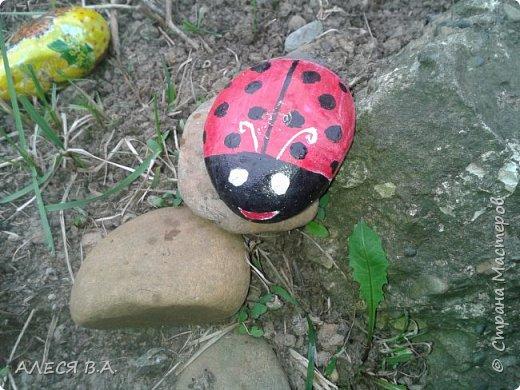 Такие вот хорошие камушки!!! Прям идеальные!! Не знаю, как надо правильно работать с камнем, на сначала покрыла грунтом, потом уже рисовала красками акриловыми, и уже сверху лак!! фото 1