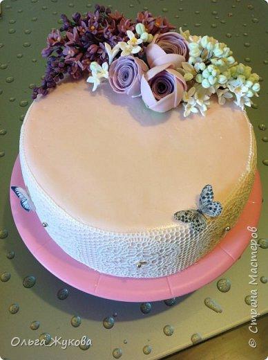 Доброго времени суток всем-всем! Захотелось попробовать сделать сирень на торт. Лепила долго, не получалась, ломалась... Началось с того, что никак не получалось покрасить мастику в нужный цвет! Вроде даже краситель брала фиолетовый, но у меня почему-то  мастика получалась синей! Может кто-нибудь подскажет- почему?!! Много раз переделывала и т.д и т.п. Ну, охота пуще неволи! Вот результат. фото 1