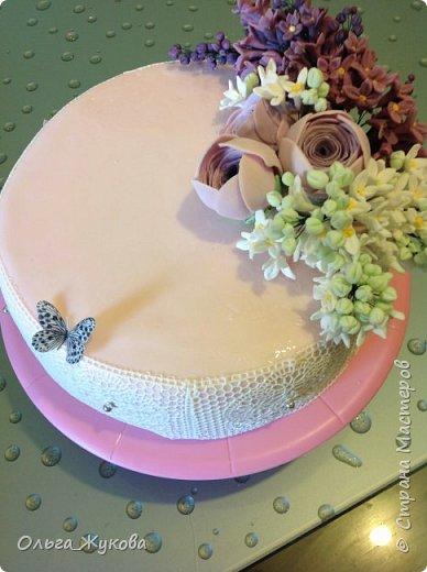 Доброго времени суток всем-всем! Захотелось попробовать сделать сирень на торт. Лепила долго, не получалась, ломалась... Началось с того, что никак не получалось покрасить мастику в нужный цвет! Вроде даже краситель брала фиолетовый, но у меня почему-то  мастика получалась синей! Может кто-нибудь подскажет- почему?!! Много раз переделывала и т.д и т.п. Ну, охота пуще неволи! Вот результат. фото 4
