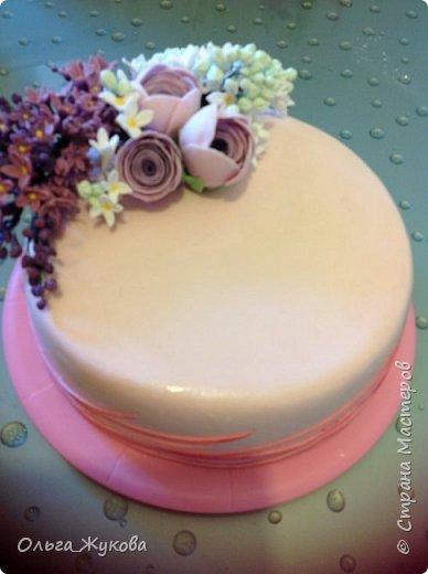 Доброго времени суток всем-всем! Захотелось попробовать сделать сирень на торт. Лепила долго, не получалась, ломалась... Началось с того, что никак не получалось покрасить мастику в нужный цвет! Вроде даже краситель брала фиолетовый, но у меня почему-то  мастика получалась синей! Может кто-нибудь подскажет- почему?!! Много раз переделывала и т.д и т.п. Ну, охота пуще неволи! Вот результат. фото 5