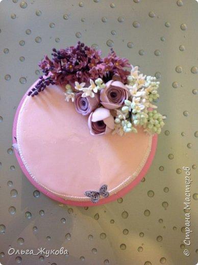 Доброго времени суток всем-всем! Захотелось попробовать сделать сирень на торт. Лепила долго, не получалась, ломалась... Началось с того, что никак не получалось покрасить мастику в нужный цвет! Вроде даже краситель брала фиолетовый, но у меня почему-то  мастика получалась синей! Может кто-нибудь подскажет- почему?!! Много раз переделывала и т.д и т.п. Ну, охота пуще неволи! Вот результат. фото 6