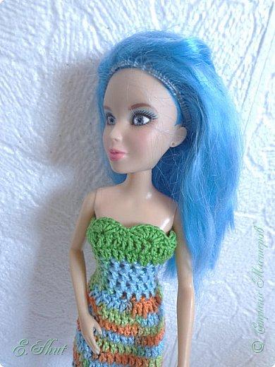 """Доброго времени суток, друзья! Познакомьтесь с моей новой моделью - Брианной. Эта необычная куколка - LIV Софи (насколько я помню) из серии """"Игра с цветом"""". Для нее связалось летнее платьице. Вязала крючком из ириса. приятного просмотра.  фото 2"""