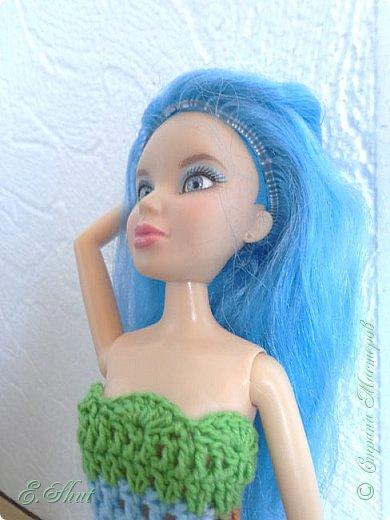 """Доброго времени суток, друзья! Познакомьтесь с моей новой моделью - Брианной. Эта необычная куколка - LIV Софи (насколько я помню) из серии """"Игра с цветом"""". Для нее связалось летнее платьице. Вязала крючком из ириса. приятного просмотра.  фото 5"""