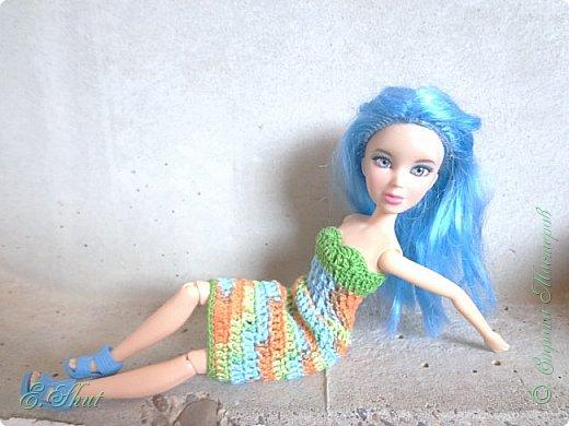 """Доброго времени суток, друзья! Познакомьтесь с моей новой моделью - Брианной. Эта необычная куколка - LIV Софи (насколько я помню) из серии """"Игра с цветом"""". Для нее связалось летнее платьице. Вязала крючком из ириса. приятного просмотра.  фото 6"""
