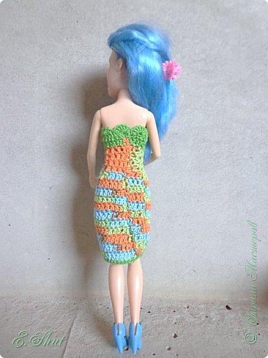 """Доброго времени суток, друзья! Познакомьтесь с моей новой моделью - Брианной. Эта необычная куколка - LIV Софи (насколько я помню) из серии """"Игра с цветом"""". Для нее связалось летнее платьице. Вязала крючком из ириса. приятного просмотра.  фото 4"""