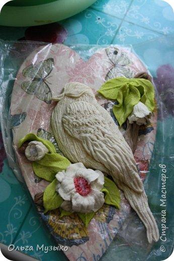 Птичку слепила по фото из инета. Сердечко -деревянная заготовка. Обклеила салфеткой , покрыла лаком.  фото 1