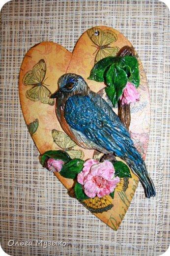 Птичку слепила по фото из инета. Сердечко -деревянная заготовка. Обклеила салфеткой , покрыла лаком.  фото 2