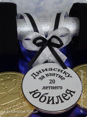 Этот подарок я делала для племянника. Спасибо за мк http://stranamasterov.ru/node/1004849?c=favorite В основе картонная труба от фольги. Обмотана упаковочной бумагой. Края кружочками из белого фетра. Я взяла 4 пары носков. Самое сложное аккуратно их намотать. Закрепила швейной булавкой. фото 2