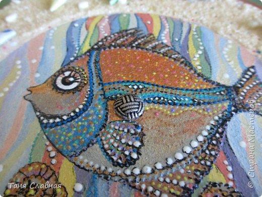 """Есть Лукоморье, есть Приморье, а у меня - Околоморье! И потому, что все мысли у меня сейчас именно там, около моря :-) , и потому, что одним этим словом решила объединить три разные рукоделки. Так или иначе, все они на """"околоморскую"""" тему. Первая - снова вешалка/ключница с чудесной рыбкой! Чудесная не потому, что она центр композиции и нарисована красками. Эта рыбка чудесна благодаря идее и работе художницы Людмилы Соболь, я лишь срисовала изображение и раскрасила по-своему.  фото 3"""