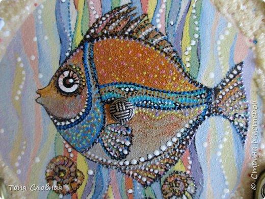 """Есть Лукоморье, есть Приморье, а у меня - Околоморье! И потому, что все мысли у меня сейчас именно там, около моря :-) , и потому, что одним этим словом решила объединить три разные рукоделки. Так или иначе, все они на """"околоморскую"""" тему. Первая - снова вешалка/ключница с чудесной рыбкой! Чудесная не потому, что она центр композиции и нарисована красками. Эта рыбка чудесна благодаря идее и работе художницы Людмилы Соболь, я лишь срисовала изображение и раскрасила по-своему.  фото 1"""