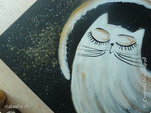 """Мой третий по счету холст, второй здесь: https://stranamasterov.ru/node/1034517.   Вдохновила меня работа, одного известного каллиграфа  России, на создание вот такого  кота.   Захотелось чего-то простого, без буйства цвета.  Люблю черно-белый стиль,  и часто рисую в таком направлении. Рисовала, да именно рисовала, хотя художники пишут, не люблю это слово """"писать"""" картины, да и, не художник я. Так вот рисовала поздним вечером, ночью -даже время удачное.   Когда на город опустится вечер, Зажжется свет в твоём окне. Мир станет снова безупречен, Печаль оставь в ушедшем дне.  Забудь печали и тревоги, Ведь завтра будет новый день. Перед тобою все дороги Открыты будут, только верь.  Ну, а сейчас спокойной ночи! Подул прохладный ветерок. Я сон твой чуткий не испорчу, Расцвел в саду ночной цветок. Автор не известен.      фото 3"""