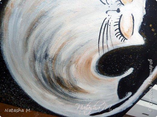 """Мой третий по счету холст, второй здесь: http://stranamasterov.ru/node/1034517.   Вдохновила меня работа, одного известного каллиграфа  России, на создание вот такого  кота.   Захотелось чего-то простого, без буйства цвета.  Люблю черно-белый стиль,  и часто рисую в таком направлении. Рисовала, да именно рисовала, хотя художники пишут, не люблю это слово """"писать"""" картины, да и, не художник я. Так вот рисовала поздним вечером, ночью -даже время удачное.   Когда на город опустится вечер, Зажжется свет в твоём окне. Мир станет снова безупречен, Печаль оставь в ушедшем дне.  Забудь печали и тревоги, Ведь завтра будет новый день. Перед тобою все дороги Открыты будут, только верь.  Ну, а сейчас спокойной ночи! Подул прохладный ветерок. Я сон твой чуткий не испорчу, Расцвел в саду ночной цветок. Автор не известен.      фото 2"""