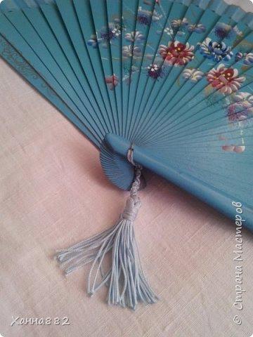 Лето))) У нас жара и без веера не обойтись, но штырьки в них все время ломаются, поэтому выкручиваемся как можно, например с помощью макраме и кисточкой))) фото 1