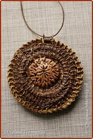 Кулон сплетен безниточным способом из иглы сосны итальянской двух цветов. Диаметр кулон 6 см., диаметр вставки 2,3 см.  фото 1
