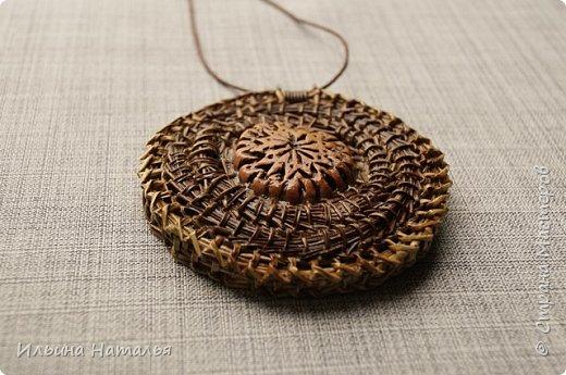 Кулон сплетен безниточным способом из иглы сосны итальянской двух цветов. Диаметр кулон 6 см., диаметр вставки 2,3 см.  фото 2