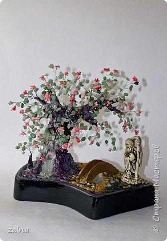 """""""Сад раздумий"""" Кораллы сочетают символику дерева (мировой оси) и океана (бездны).  Коралл - талисман для романтиков. Авантюрин зеленый заряжает оптимизмом, его владелец словно светится изнутри, он счастлив, уверен в себе, у него ясные мысли.  Нэцкэ Шоу-син  - один из трех богов небесной триады, приносящий исцеление от тяжелых недугов и долголетие. Изображается с огромным посохом из корня женьшеня, который излечивает от всех болезней, и волшебным персиком долголетия в руке.Мостик - конец одного цикла и начало другого, объединение, переход из одного состояния в другое, от одной стадии к другой, а также связь различных частей. фото 1"""
