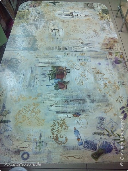 Привет всем! Продолжаю выкладывать свои работы. Немного обложек и стол, который декорировала на работе. Декорировала не весь стол сама, мной выполнен декор половины, там где лаванда, и середина детская. В работе использован одношаговый кракелюрный лак, краска акриловая белая, коричневая  и топленое молоко, салфетки, орнамент нанесен через трафарет. Приятного просмотра. фото 4