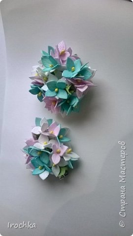 Привет всем!  От форм гигантских (супер пион метрового диаметра из предыдущего блога) перехожу к формам миниатюрным - набор из цветков гортензии для мамы и ее двух дочурок. Для мамы браслет на лентах, дочкам - заколочки.  фото 4