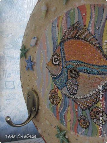 """Есть Лукоморье, есть Приморье, а у меня - Околоморье! И потому, что все мысли у меня сейчас именно там, около моря :-) , и потому, что одним этим словом решила объединить три разные рукоделки. Так или иначе, все они на """"околоморскую"""" тему. Первая - снова вешалка/ключница с чудесной рыбкой! Чудесная не потому, что она центр композиции и нарисована красками. Эта рыбка чудесна благодаря идее и работе художницы Людмилы Соболь, я лишь срисовала изображение и раскрасила по-своему.  фото 4"""