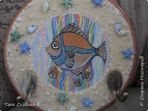 """Есть Лукоморье, есть Приморье, а у меня - Околоморье! И потому, что все мысли у меня сейчас именно там, около моря :-) , и потому, что одним этим словом решила объединить три разные рукоделки. Так или иначе, все они на """"околоморскую"""" тему. Первая - снова вешалка/ключница с чудесной рыбкой! Чудесная не потому, что она центр композиции и нарисована красками. Эта рыбка чудесна благодаря идее и работе художницы Людмилы Соболь, я лишь срисовала изображение и раскрасила по-своему.  фото 6"""