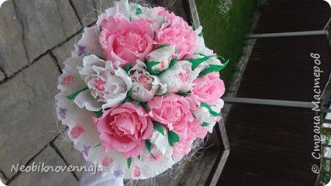 Vsem privet. Postupil ko mne zakaz ot prijateljnici - sdelatj buket v belo-rozovom cvete dlja nacaljnici. Mol zenscina ochenj ljubit vse v takom glamure, vesj stol v ruchkax s perjami, v rozovom cvete s belimi detaljkami :) Ljublju zakaz,kogda ogavarivajut cvet , a daljse vse, cto xochu i summu, na moe usmotrenie :) фото 4