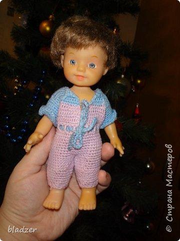 """В свободное время я люблю заниматься рукоделием. Например, обвязывать кукол. Вязанием крючком я занимаюсь с 6 лет, в 7  уже обвязывала кукол, правда эти наряды не сохранились. Сейчас заново увлеклась этим делом. Как правило, обвязываю куколок, которых уже собирались выбрасывать знакомые, или которые валялись без одежды на развале, и тому подобное. Не переношу, когда выкидывают кукол.  Это Мари, ее никто не выкидывал. Она просто лежала в куче пупсиков  в магазине """"Все по 37"""". Мне понравилось ее выражение лица - непмного удивленное, как будто она увидела что-то. Платье связано из остатков ириса, ленточки - от подарочного пакета) фото 4"""